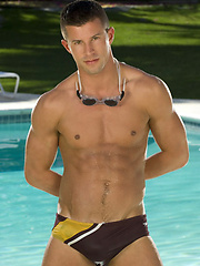 Horny hunk Kyle King posing naked by the pool