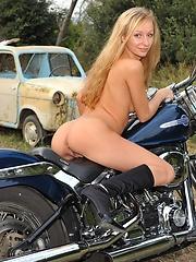 Blond gir Lilian naked outdoors
