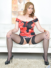 Horny mommy teases her wet pussy until she squirts - Free porn pics. Sexhound.com