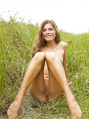 Smiling chick outdoor - Free porn pics. Sexhound.com