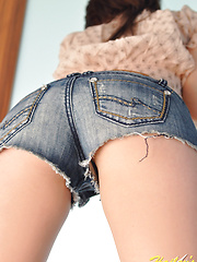 Hailey shows off her ass in super tight and short jean shorts - Free porn pics. Sexhound.com